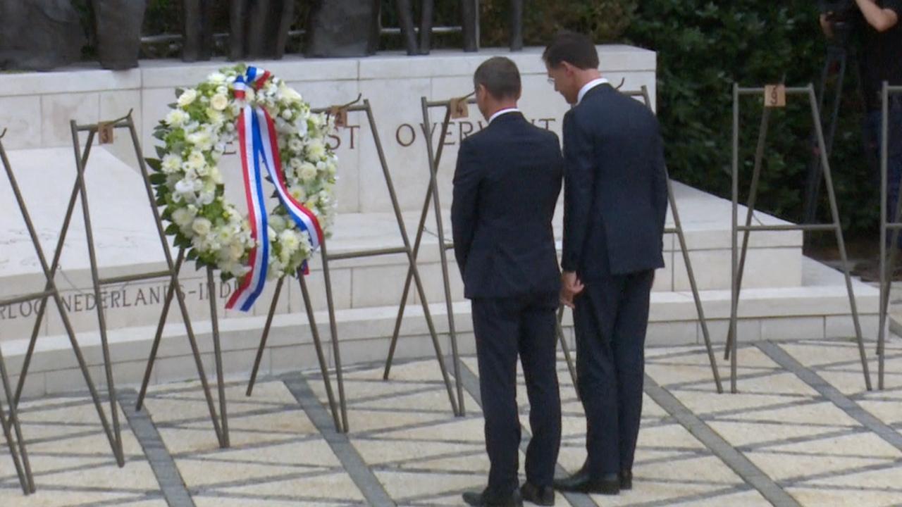Premier Rutte legt krans bij Indisch Monument in Den Haag