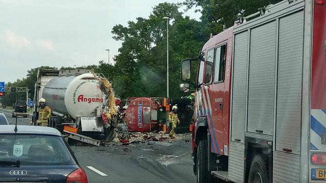 A1 bij Enter pas vannacht weer vrij na ongeluk met twee vrachtwagens.
