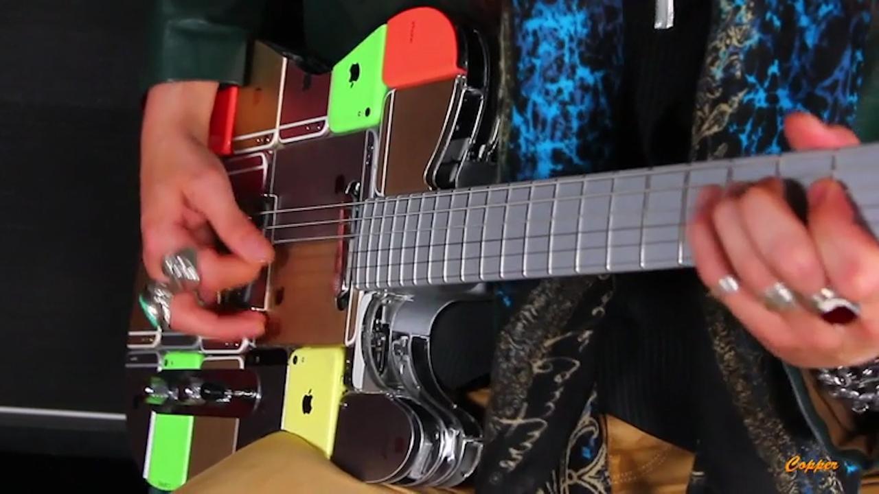Russische handelaar bouwt elektrische gitaar van 107 iPhones