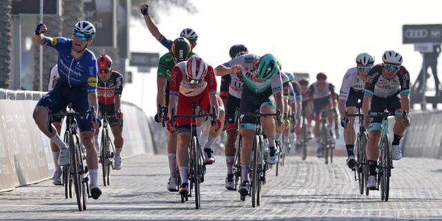 Bennett sprint naar tweede ritzege in Ronde van VAE, Dekker vierde