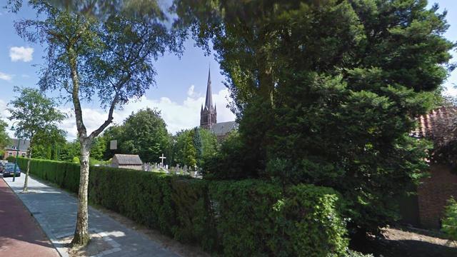 Conifigerenhaag in brand naast kerkhof Ulvenhout