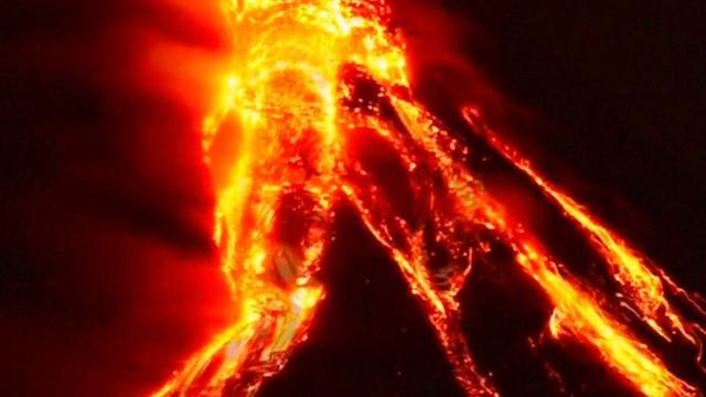 Vulkaan Mayon op Filipijnen spuwt lava