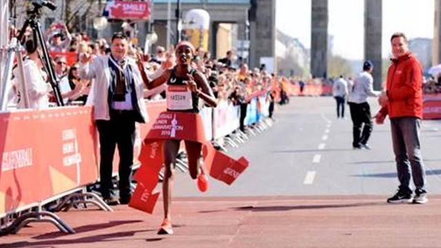 Sifan Hassan blijft in Berlijn boven wereldrecord op halve marathon