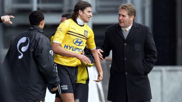 Ton Lokhoff in 2004 als trainer van NAC met Nourdin Boukhari.
