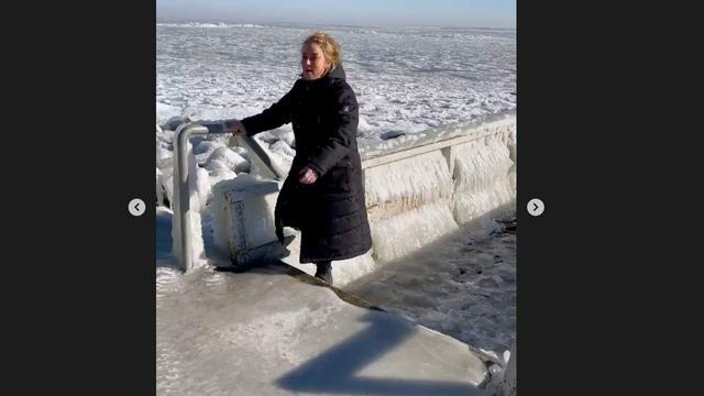 Samantha Steenwijk houdt het de dag na haar ijshockeywedstrijd op natuurijs bij een ijswandeling.