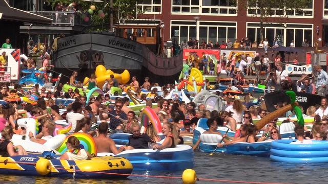 Honderden opblaasboten dobberen in Utrecht