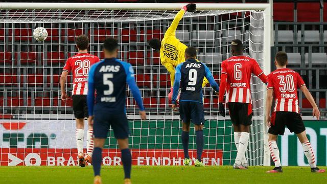 PSV-doelman Yvon Mvogo wordt geklopt door de prachtige hakbal van Teun Koopmeiners.