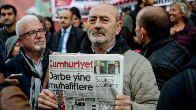 Turkse journalisten Cumhuriyet blijven in de cel