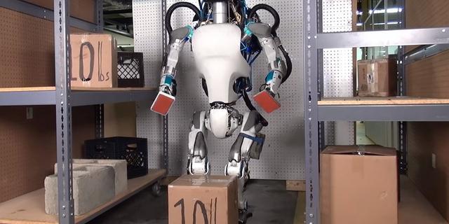 Robotbouwer toont zeer geavanceerde mensachtige robot