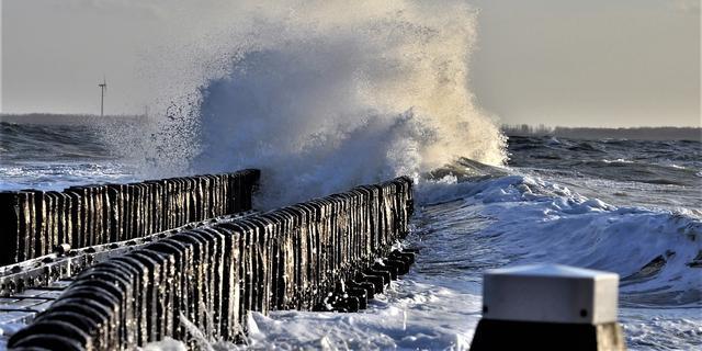 Zware westerstorm langs de kust, Oosterscheldekering sluit