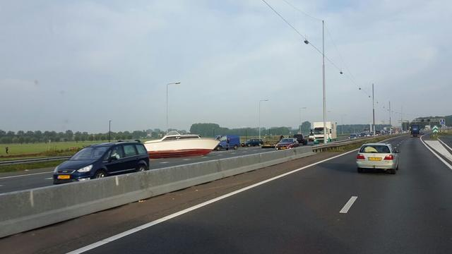 Hinder op A9 door boot op de weg
