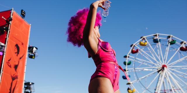 Vier koppels stappen in huwelijksbootje tijdens festival Milkshake
