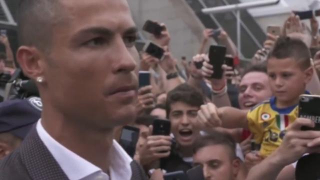 Fans Juventus zingen hun nieuwe aanwinst Ronaldo toe in Turijn