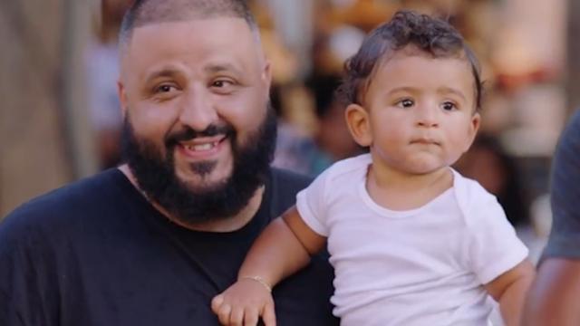 DJ Khaled en Kevin Hart sporten in park met ouders en kinderen