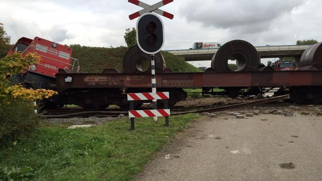 Aanrijding goederentrein en vrachtwagen bij spoorwegovergang Axel