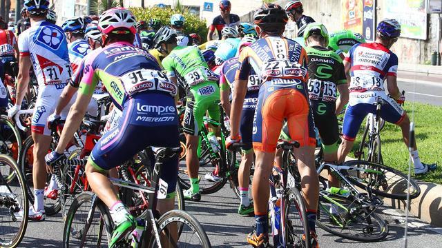 Beelden van wielertoerist die valpartij veroorzaakt in Giro d'Italia