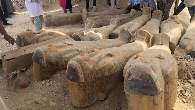 Egyptische archeologen ontdekken twintig antieke sarcofagen