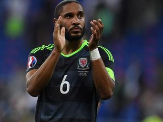 Welshman komt per direct over van Swansea City