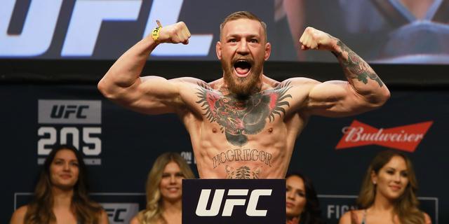 MMA-vechter McGregor niet langer kampioen in twee gewichtsklassen