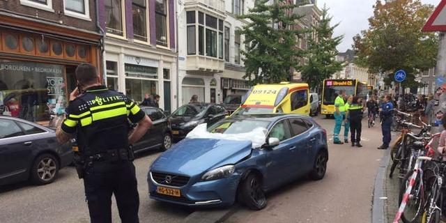 Voorstraat tijdelijk volledig afgesloten wegens auto-ongeluk