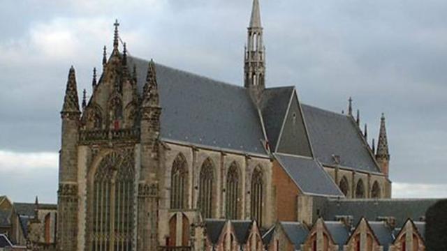 Tweede Kamerleden bij debat Oekraïne-referendum in Hooglandse Kerk