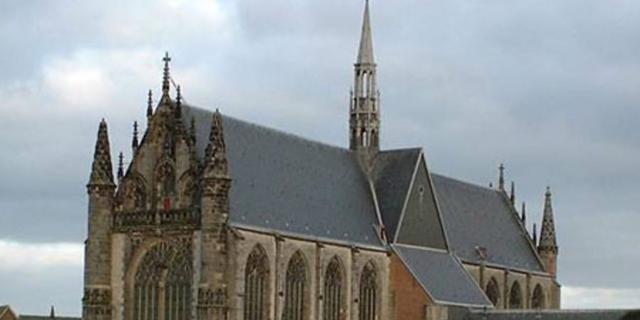 Bankstel bij Hooglandse Kerk in brand gestoken, politie zoekt daders