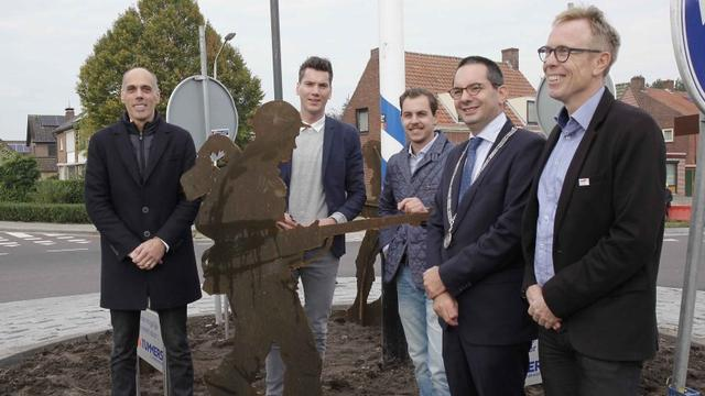 Kunstwerk met silhouetten van Canadese soldaten onthuld in Hoogerheide