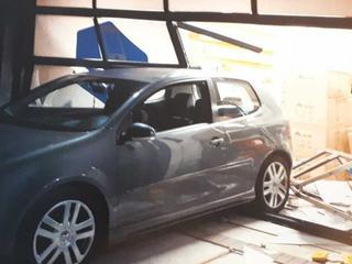 Volkswagen Golf ramt onbekend bedrijf
