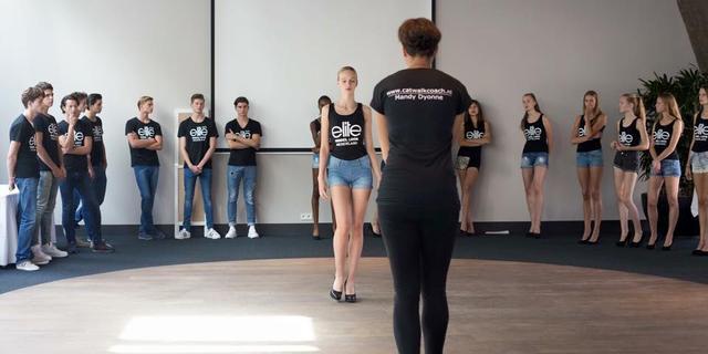Catwalkcoach Mandy Dyonne Lieveld leert modellen lopen als een leeuw