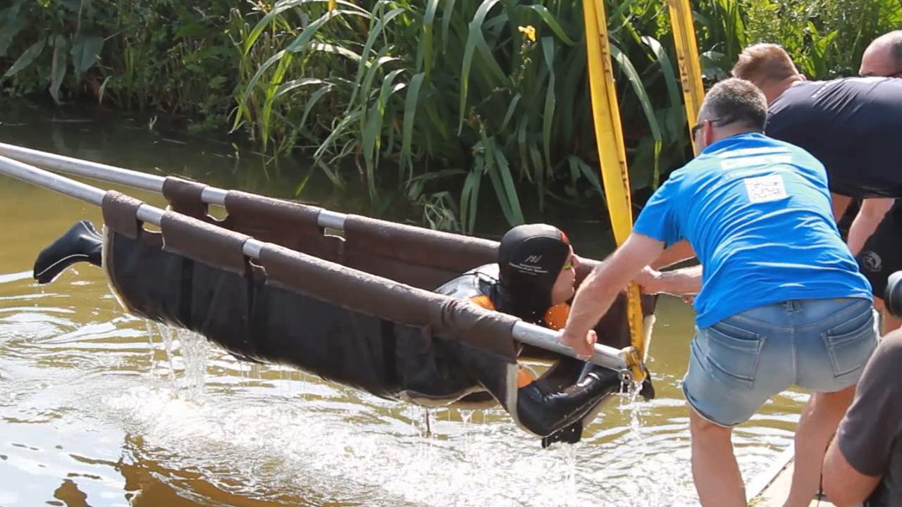 Van der Weijden in 'dolfijnenzak' over sluis bij Wier getild