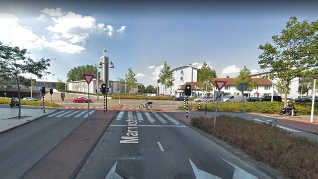 Busje klapt op personenauto op Willem de Zwijgerlaan