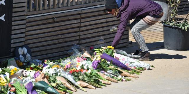 Omgekomen surfers herdacht met bloemen in Scheveningen