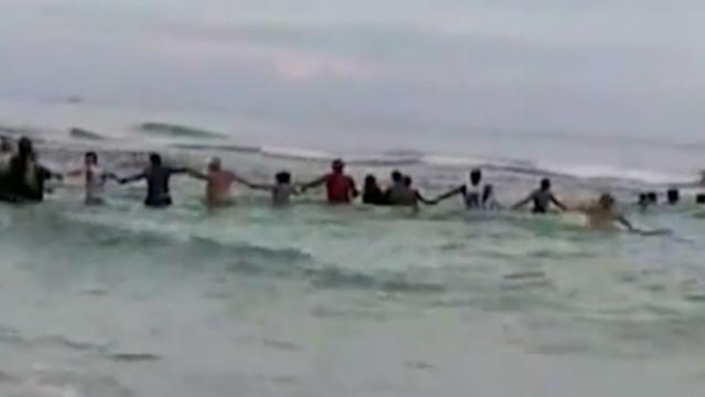 Gezin door menselijke ketting gered van gevaarlijke onderstroom in zee