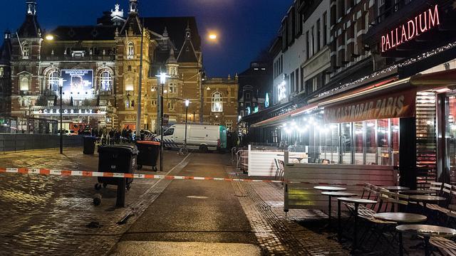 Politie toont bewakingsbeelden van handgranaat in café bij Leidseplein
