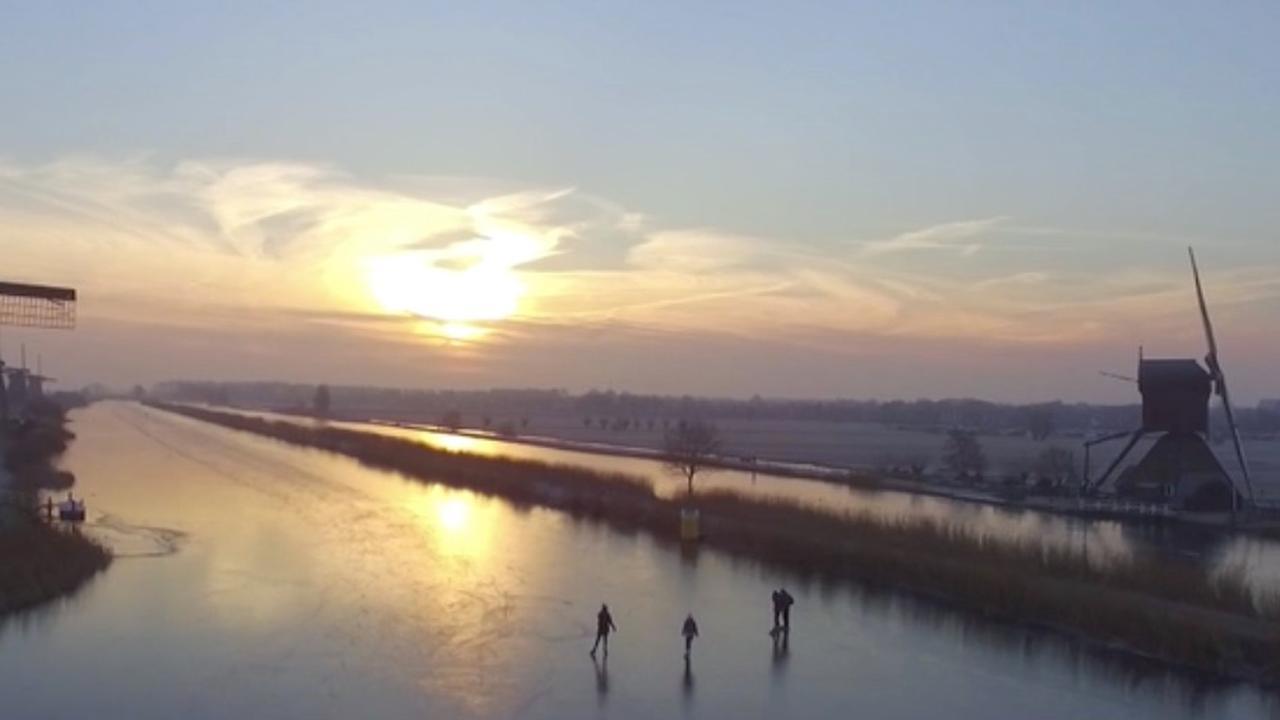 Hollandse folklore ten top: schaatsen op Kinderdijk