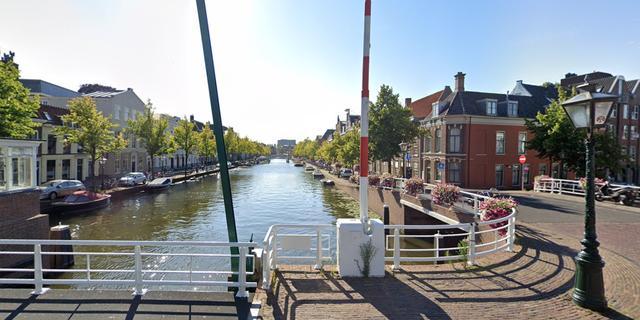 Gezonken boot lekt diesel in gracht aan de Oude Vest in Leiden