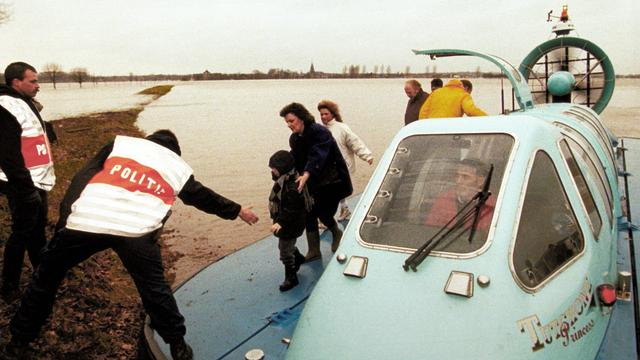 Inwoners van het Limburgse Itteren worden geëvacueerd met behulp van een hovercraft tijdens de overstromingen in 1993.