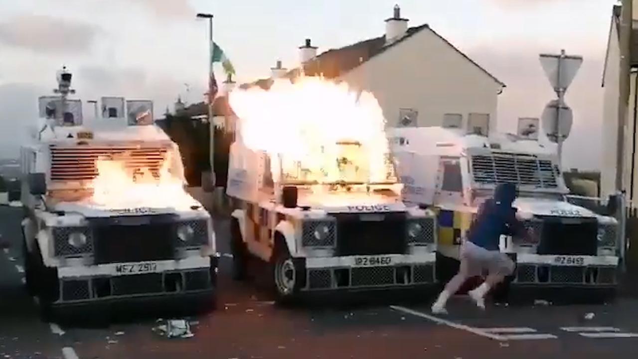 Relschoppers gooien brandbommen naar politie in Noord-Ierland