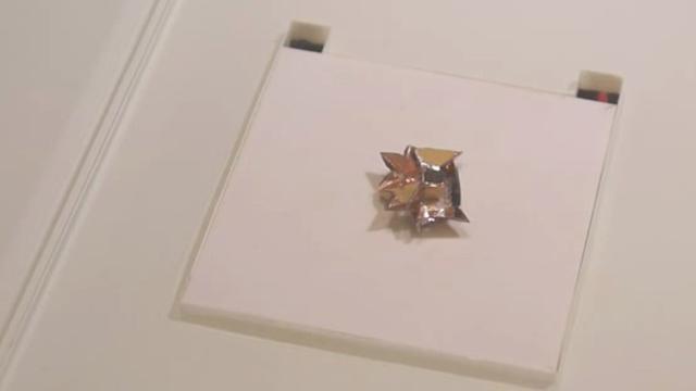 Piepkleine origamirobot kan lopen en zwemmen