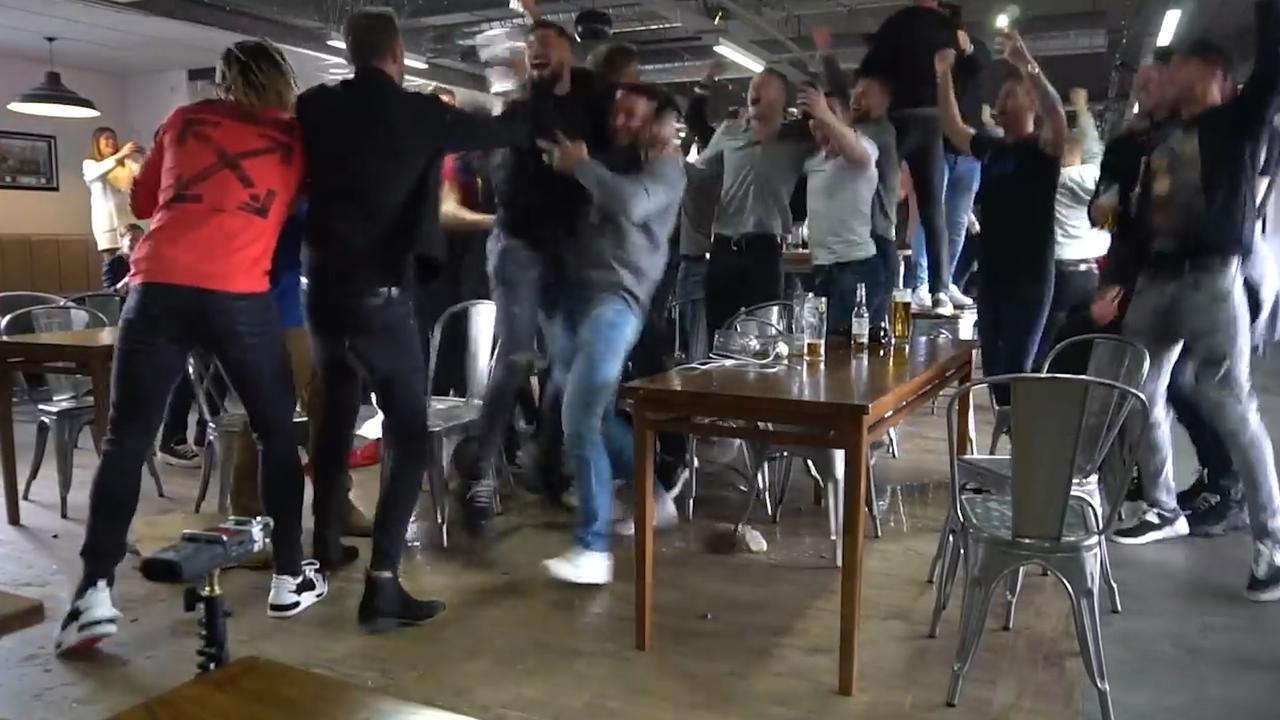 Dolblije spelers Sheffield United zien op tv dat ze promoveren