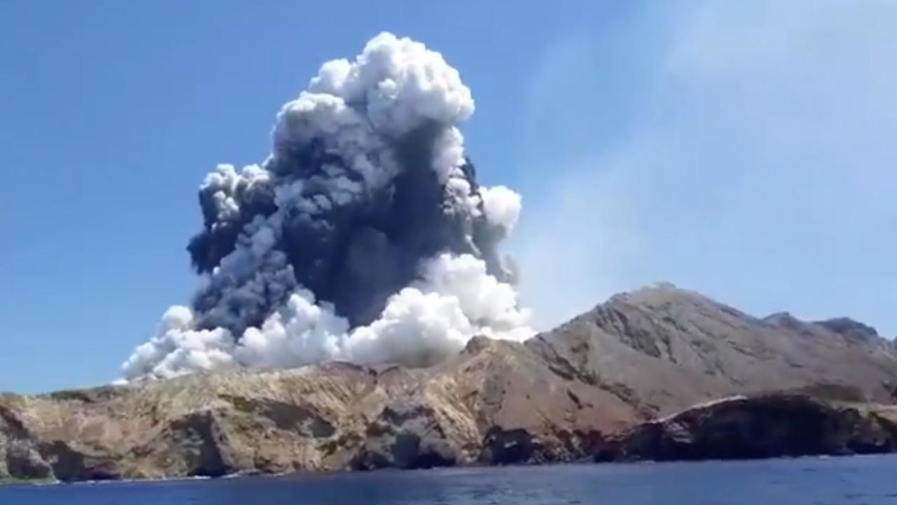 Rookpluim na dodelijke vulkaanuitbarsting in Nieuw-Zeeland