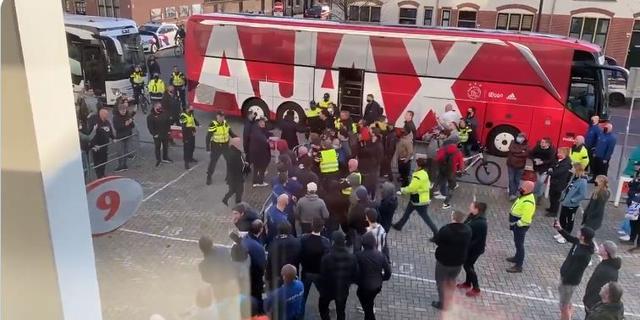 Ajax doet aangifte vanwege belagen spelers na topper tegen PSV