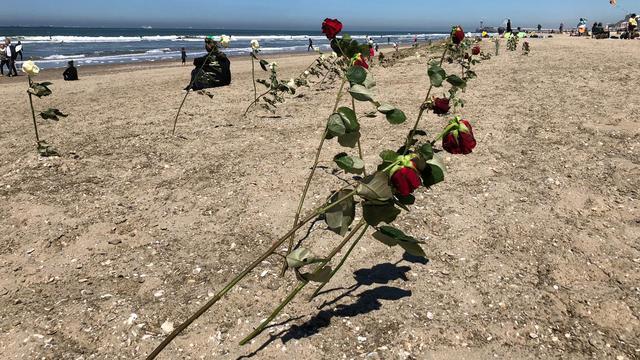 De surfers werden vorig jaar geëerd door rozen in het zand te steken.