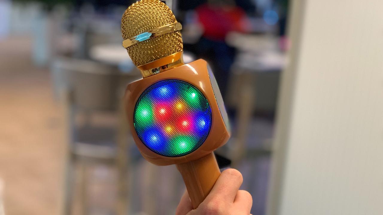 Prul of Praal? Microfoon maakt van iedereen volkszanger