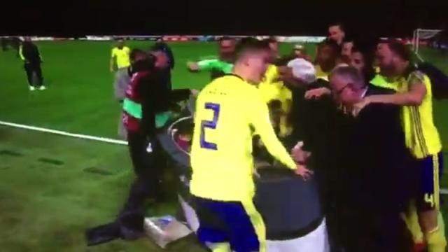 Uitzinnige Zweedse voetballers slopen desk tijdens live-uitzending