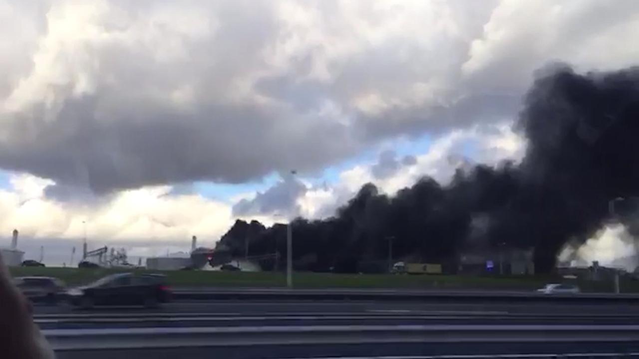 Grote rookwolken door brand in Rotterdams havengebied