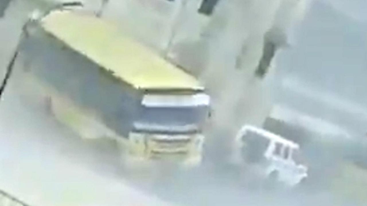 Cycloon Fani blaast voertuigen omver in India