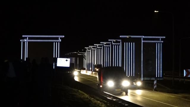 Grote lichtkunstwerken op Afsluitdijk geplaatst