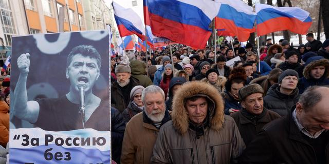 Duizenden Russen herdenken Boris Nemtsov in Moskou