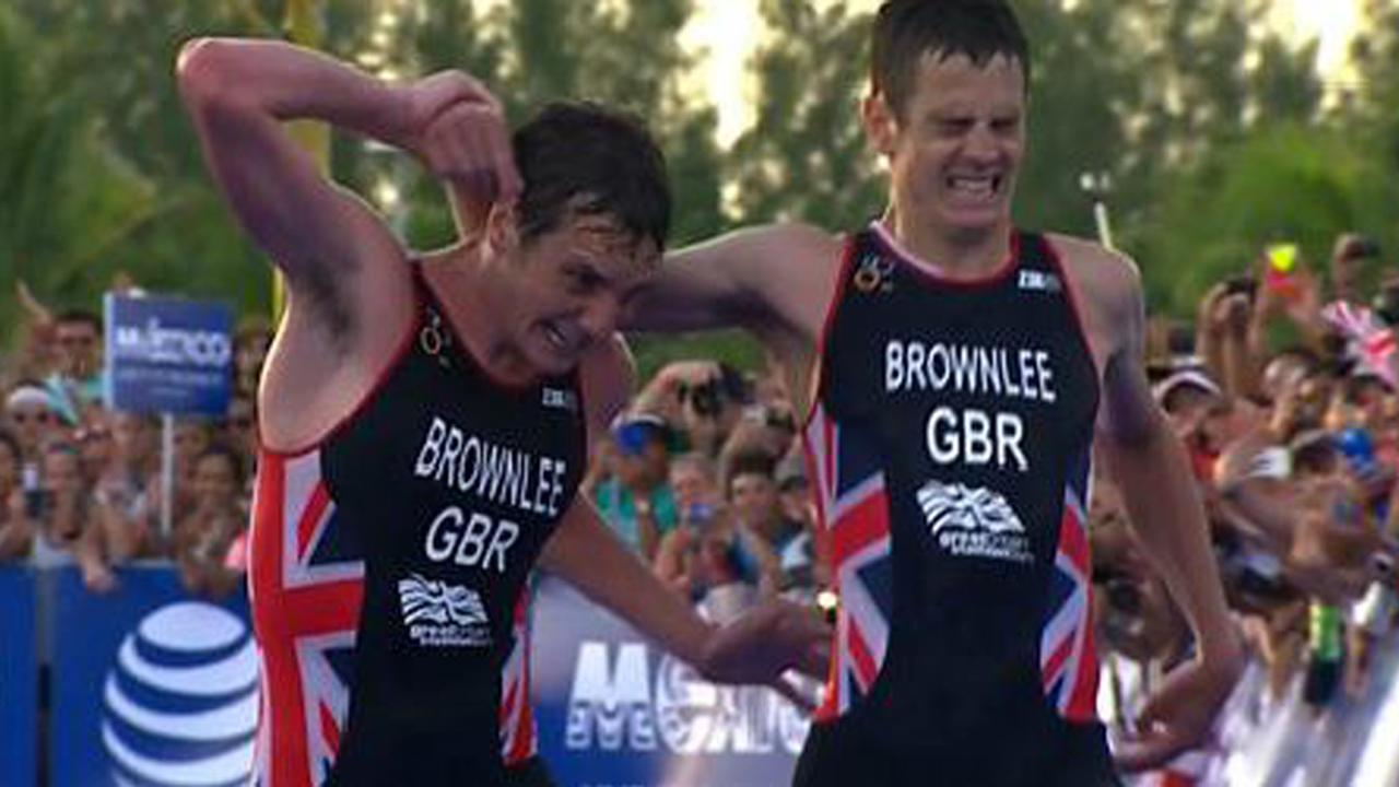Triatleet helpt door hitte bevangen broer over finish
